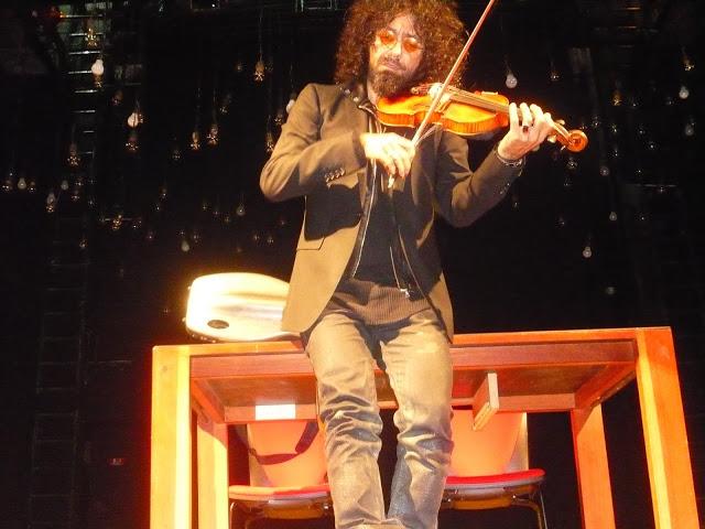 De Bach a Mendelssohn, de Vivaldi a Led Zeppelin, de Mozart a Radiohead: con Malikian y su frenético violín, nunca se sabe. Foto: La Pluma & La Herida