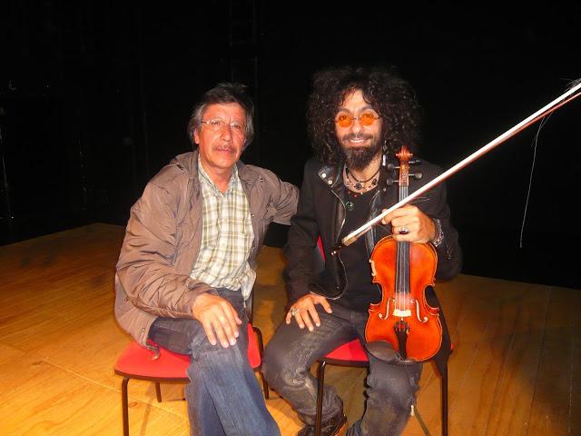 No podíamos sustraernos a la foto del recuerdo con el virtuoso violinista y director de orquesta. Foto: La Pluma & La Herida