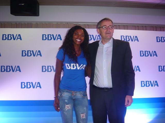 De camiseta, vaqueros y tenis con Óscar Cabrera Izquierdo, presidente del BBVA. Foto: La Pluma & La Herida