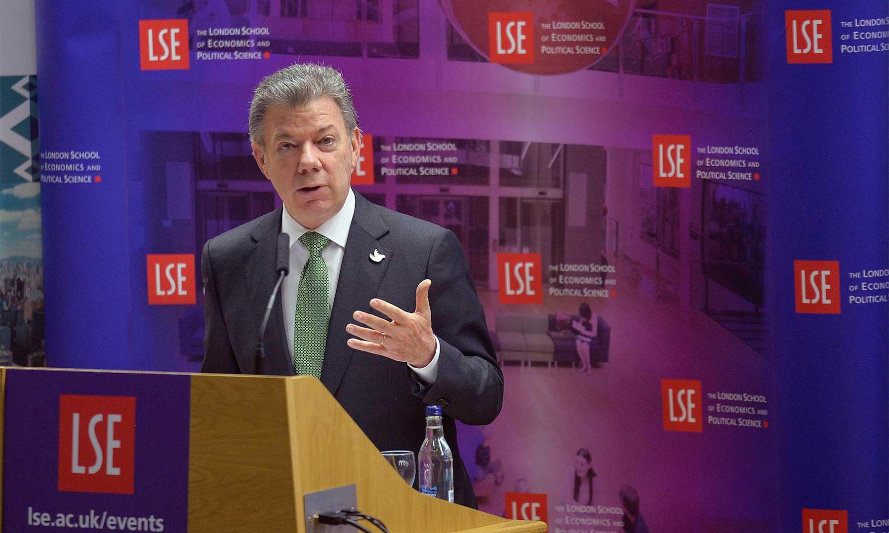 """""""Quiero una Colombia unida para firmar un nuevo y mejor acuerdo de paz con las Farc"""", dijo el Presidente Santos durante su intervención en la  London School Economics."""