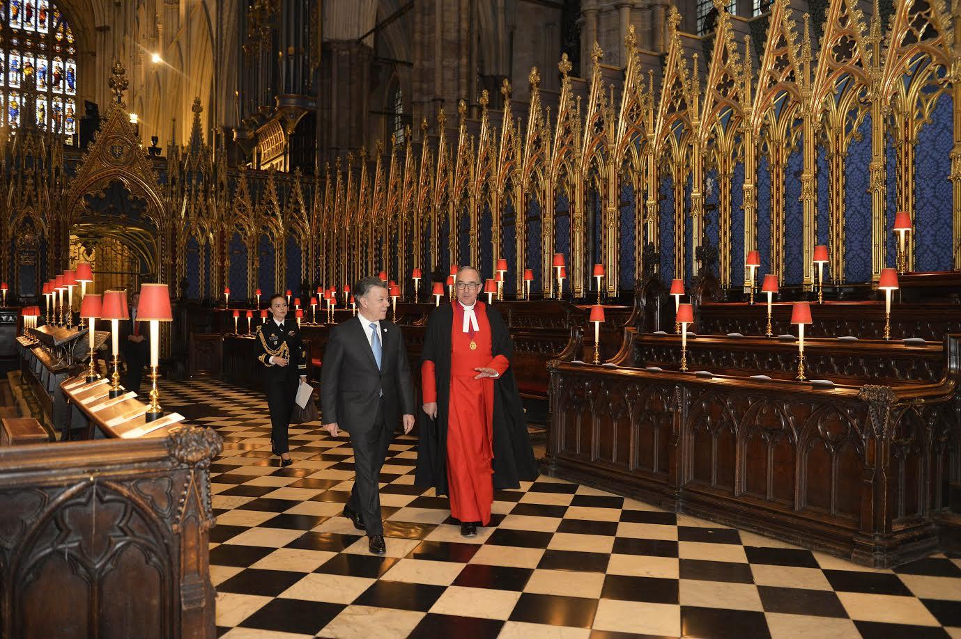 acompanado-por-el-dr-john-hall-el-presidente-juan-manuel-santos-en-conducido-en-la-abadia-de-westminster