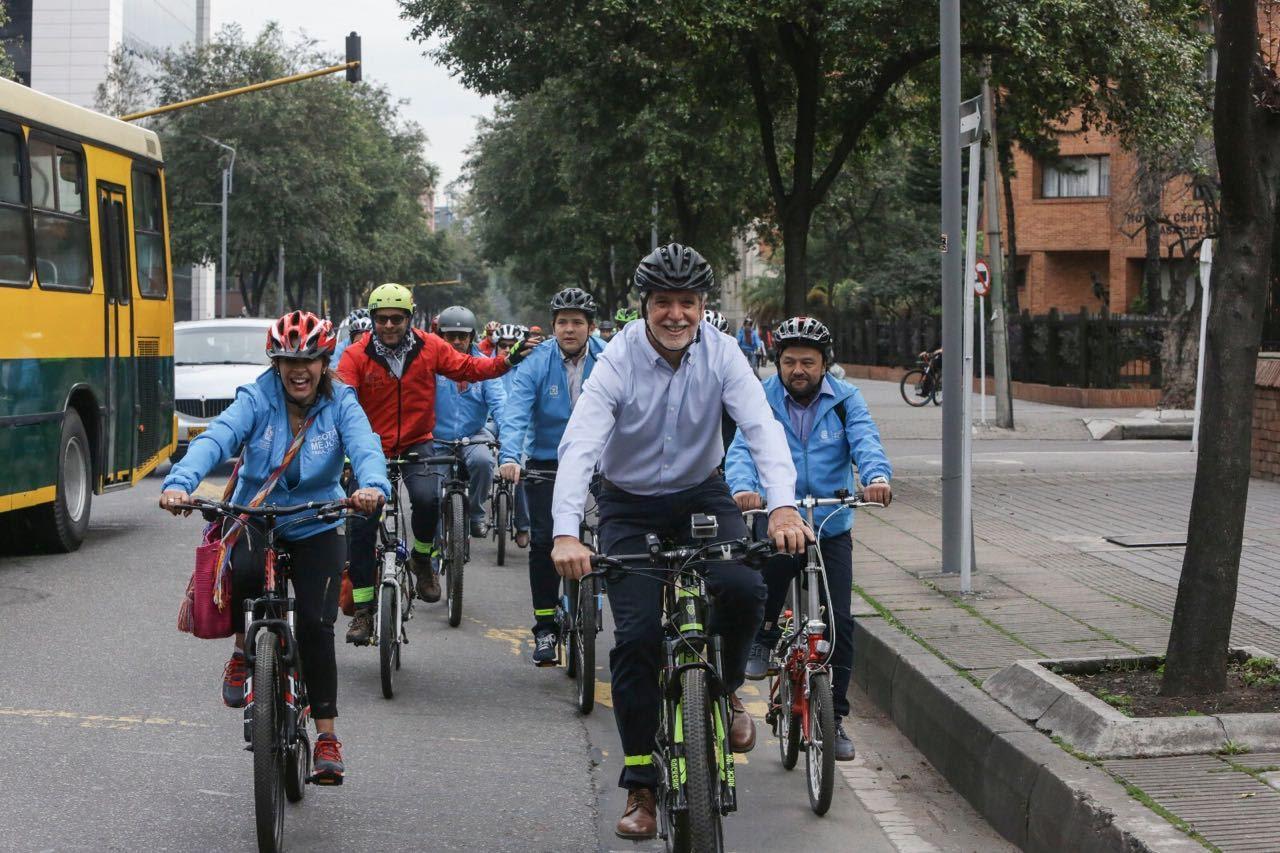 bogota-se-consolida-como-la-capital-de-la-bicicleta-este-jueves-movio-1-734-funcionarios-en-este-medio-de-transporte-855-mas-que-medellin3