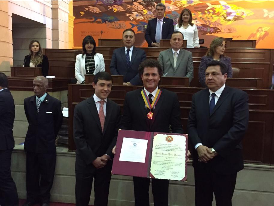 carlos-vives-condecoracion-orden-de-la-democracia-simon-bolivar