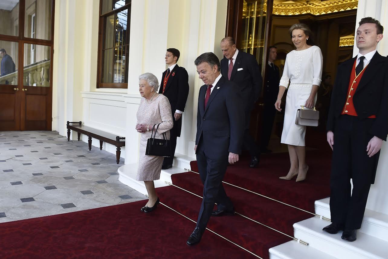 El Presidente Juan Manuel Santos y su esposa María Clemencia Rodríguez de Santos cuando se despedían este jueves de la Reina Isabel II y el Príncipe Felipe de Edimburgo, al terminar su visita a Londres. Foto César Carrión - SIG