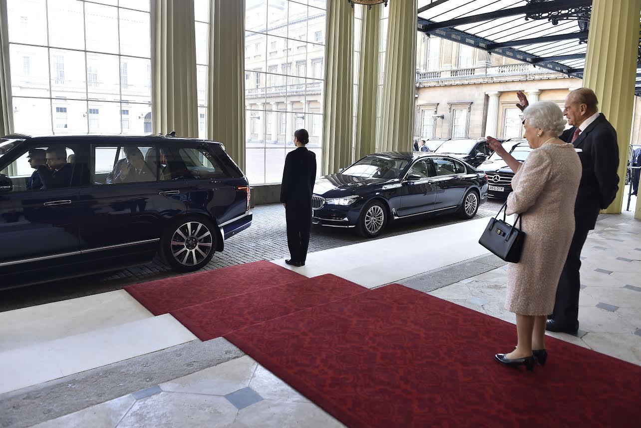 La Reina Isabel II y el Príncipe Felipe despiden al Presidente Juan Manuel Santos y a su esposa María Clemencia al salir del Palacio de Buckingham, luego de tres días de Visita de Estado a la capital británica.Foto César Carrión - SIG