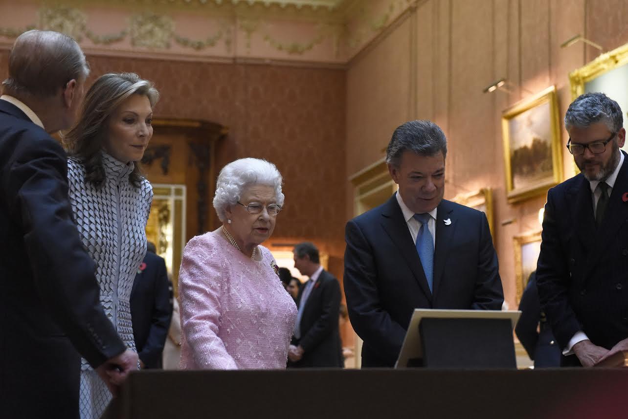 el-presidente-juan-manuel-santos-conversa-con-la-reina-isabel-ii-de-inglaterra