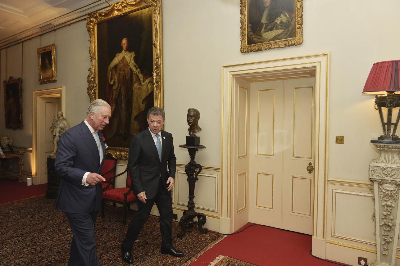 el-presidente-juan-manuel-santos-es-conducido-por-el-principe-de-gales