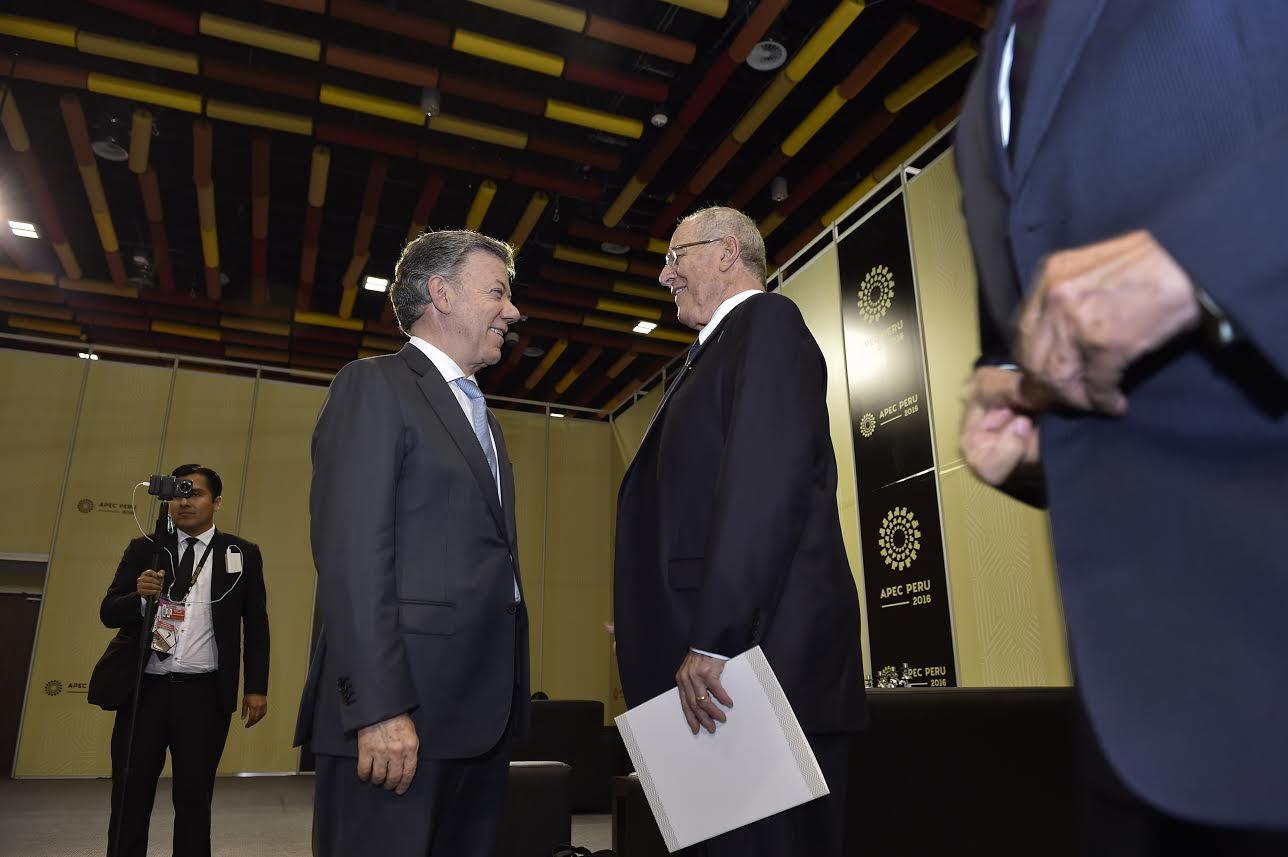 el-presidente-anfitrion-de-la-xxiv-cumbre-de-apec-el-peruano-pedro-pablo-kuczynski-dialoga-con-el-jefe-del-estado-colombiano-juan-manuel-santos
