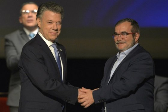 El-presidente-Juan-Manuel-Santos-estrecha-la-mano-del-Rodrigo-Londoño-alisa-Timochenko-jefe-máximo-de-las-Farc..