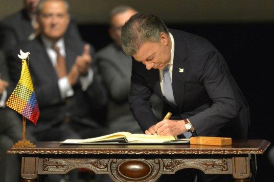 El-presidente-Juan-Manuel-Santos-firmando-el-nuevo-acuerdo-de-paz-con-las-Farc