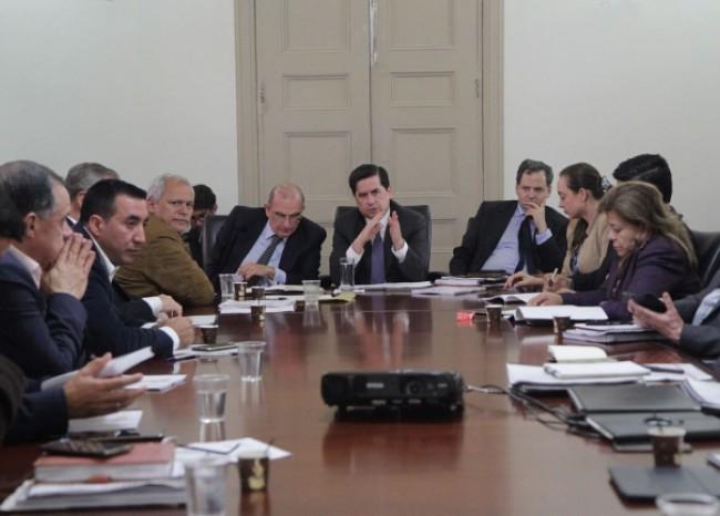 gobierno-negociadores-y-partidos-analizan-ponencia-que-mantiene-el-fast-track