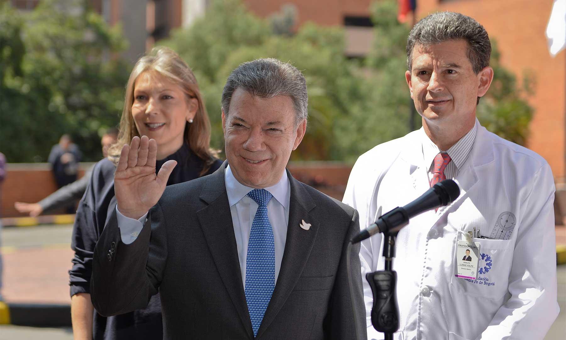 El Presidente Juan Manuel Santos, acompañado por su esposa María Clemencia Rodríguez, saluda a los periodistas en el Hospital Universitario Fundación Santa Fe de Bogotá.