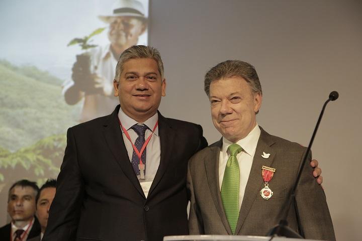 santos-recibe-medalla-al-merito-cafetero-manuel-mejia