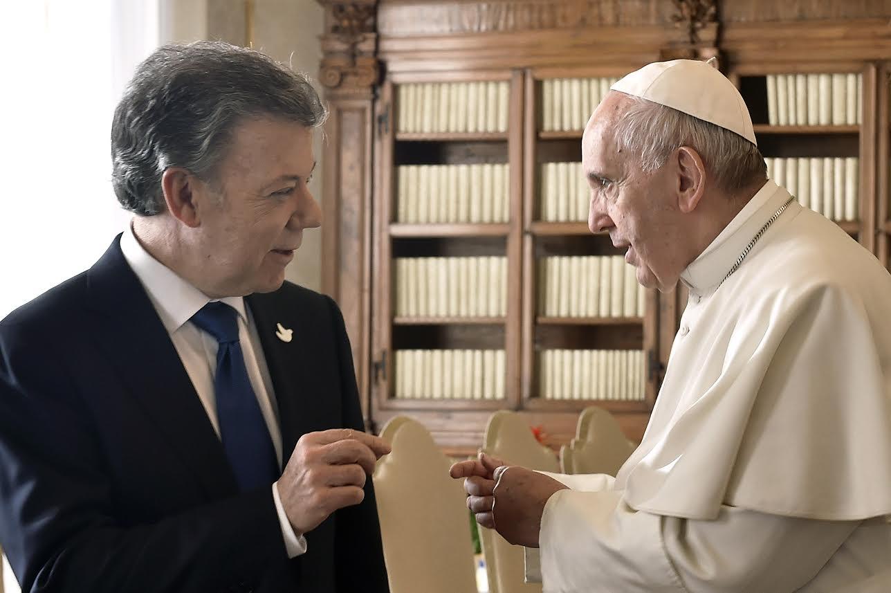 el-papa-francisco-recibio-este-viernes-al-presidente-juan-manuel-santos-en-la-biblioteca-privada-del-palacio-pontificio