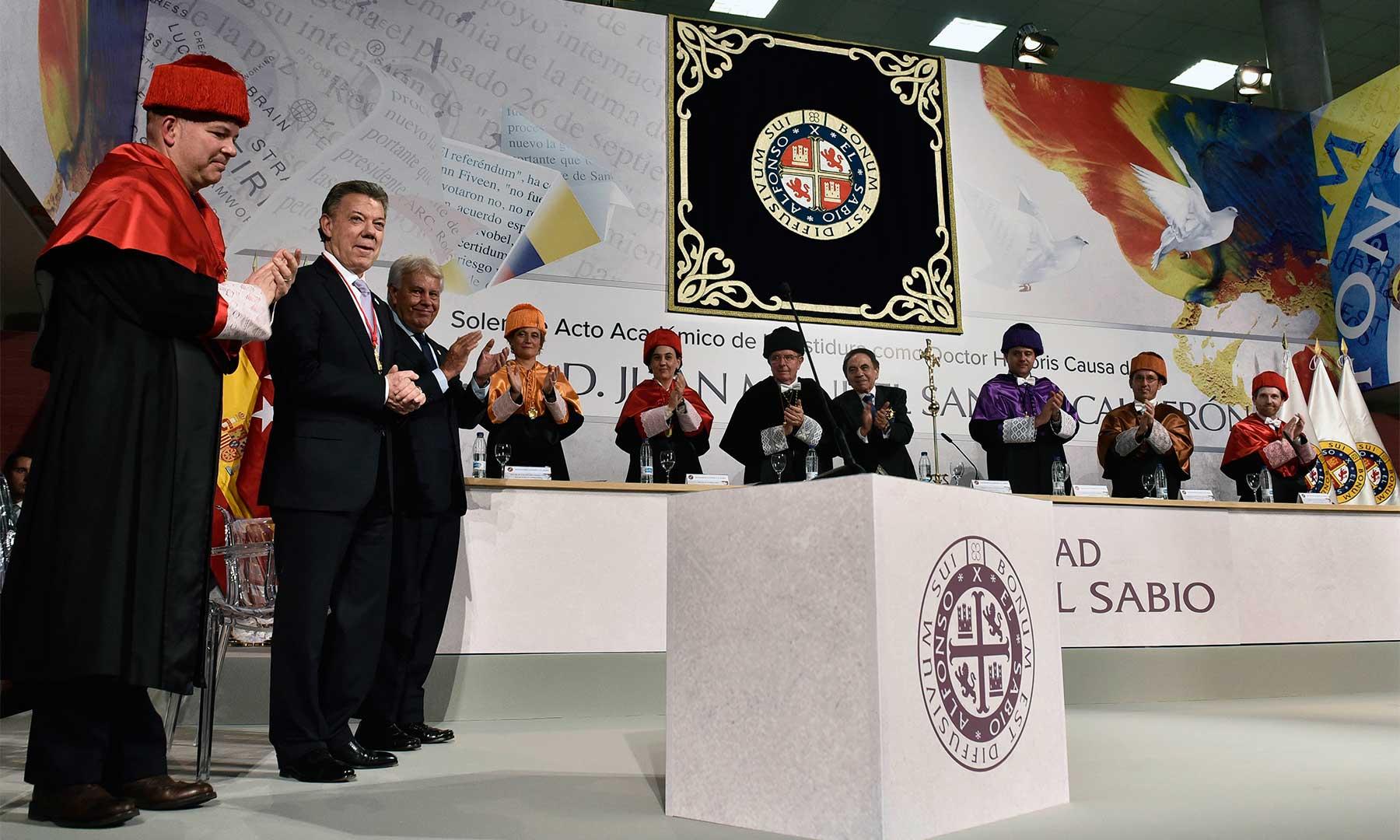 El auditorio de la Universidad Alfonso X El Sabio ofrece una ovación al Presidente y Premio Nobel de Paz 2016, Juan Manuel Santos, luego de su investidura como Doctor Honoris Causa.