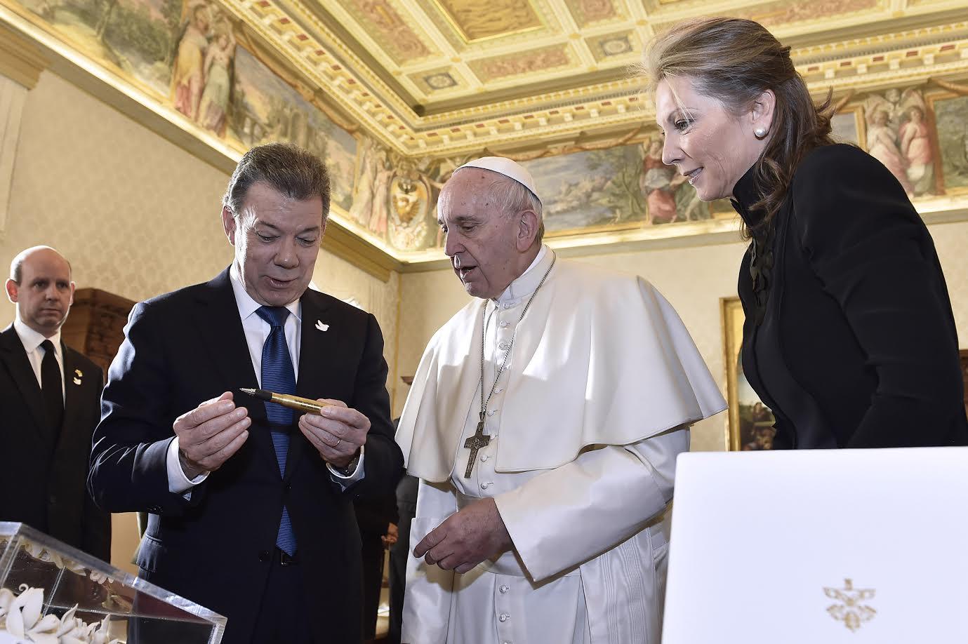 el-presidente-y-su-esposa-maria-clemencia-le-explican-al-papa-francisco