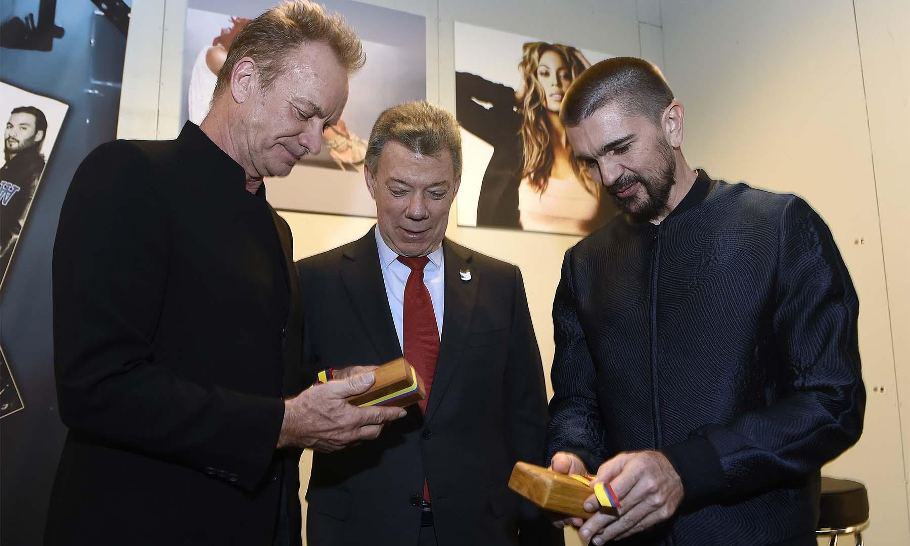 El cantante británico Sting y el colombiano Juanes reciben del Presidente y Premio Nobel de Paz 2016, Juan Manuel Santos, sendas réplicas del balígrafo con el que se firmó el Acuerdo de Paz.