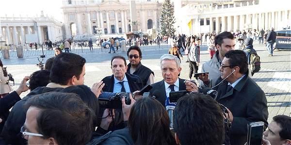 el-expresidente-uribe-hablo-con-los-medios-tras-su-encuentro-con-santos-y-el-papa