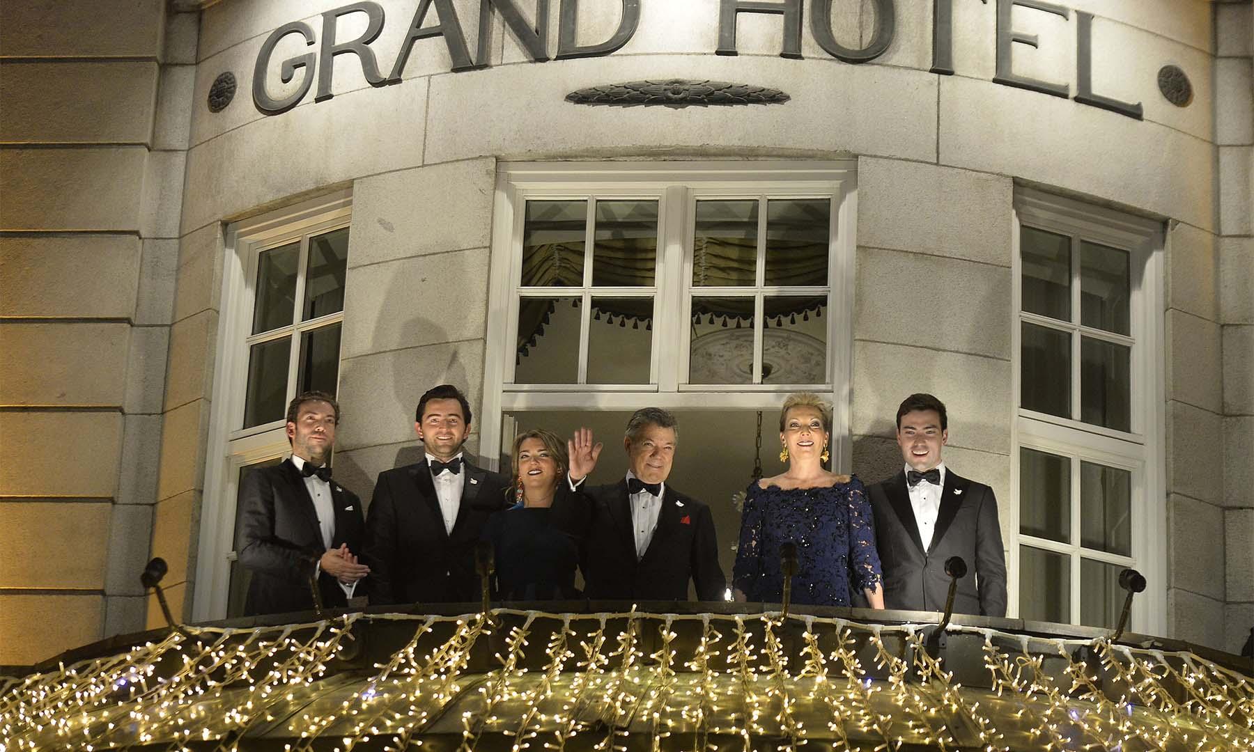La Familia Presidencial de Colombia sale al balcón del Grand Hotel para apreciar el agasajo con el que es recibido el Jefe del Estado, Juan Manuel Santos, luego de que le fue otorgado el Premio Nobel de Paz 2016.