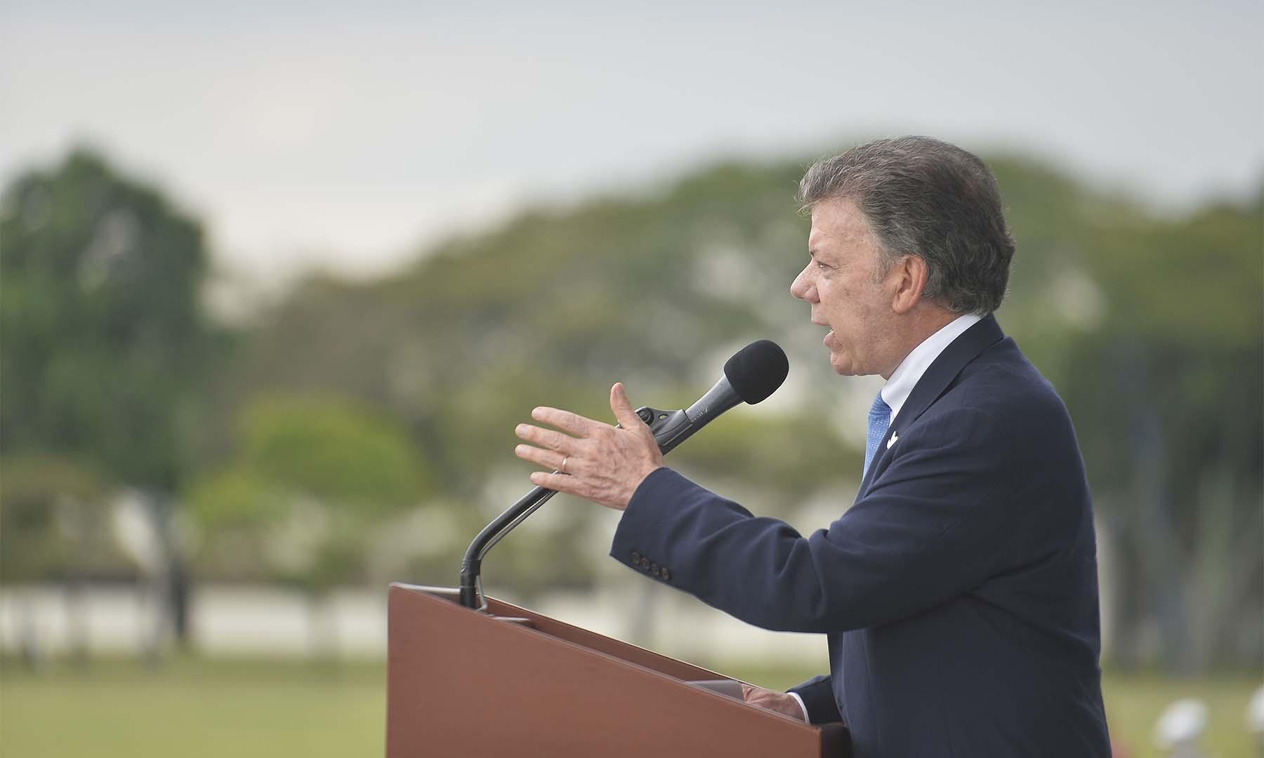 """""""Subtenientes: nunca olvidarán que se graduaron en el primer día de paz en Colombia"""", dijo el Presidente Santos durante la ceremonia de ascensos de la Fuerza Aérea Colombiana (FAC)."""
