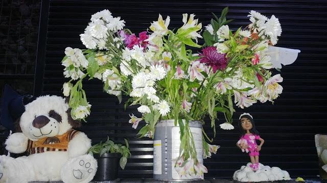 El altar que en nombre de Yuliana fue dispuesto en el umbral del edificio Equus 66, Chapinero alto, donde fue perpetrado el abominable crimen. Foto: La Pluma & La Herida