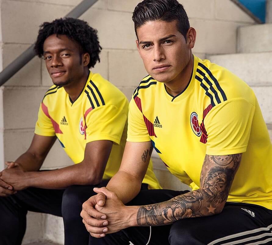 Cuadrado y James Lucen nueva camiseta de la Selección Colombia.-Foto  oficina de prensa Adidas d9045b2c84816