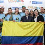 El equipo Remando por la Paz recibió la bandera de Colombia para disputar el mundial de rafting