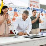 Este es un día muy especial, expresó el Presidente Iván Duque, al firmar este sábado en Valledupar la ley que establece el Plan Nacional de Desarrollo 2018-2022, Pacto por Colombia, Pacto por la Equidad.