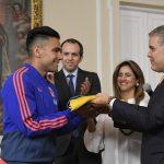 El capitán de la Selección Colombia de Fútbol, Radamel Falcao Garcia, recibe de manos del Presidente Duque el Pabellón Nacional, antes de que el conjunto tricolor viaje a Brasil para participar en la Copa América.