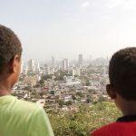 Dos niños de El Hoyo Kennedy observan la parte rica de Cartagena de Indias. / ADRIÁN SUÁREZ.