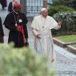 El papa Francisco a su llegada a la asamblea o sínodo donde se discutirá el documento sobre los gays.