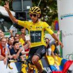 El reciente vencedor del Tour de Francia, el colombiano Egan Bernal, celebra su victoria en la 10ª edición del Criterium de Roeslare, Bélgica,