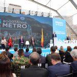 El alcalde de Bogotá, Enrique Peñalosa, y el gerente de la empresa Metro, Andrés Escobar, celebran la adjudicación del metro.2