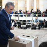 """""""Hoy esperamos que Colombia tenga una gran participación ciudadana; que los colombianos elijan a conciencia, y bien"""", dijo el Presidente Duque al votar en la mesa número 1 de la Plaza de Bolívar en Bogotá."""