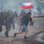 Un manifestante huye de la Policía durante una protesta contra el gobierno de Chile en Santiago, Chile, Ricardo Moraes / Reuters