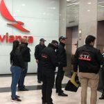 Momento del allanamiento a las oficinas de Avianca Holdings en Bogotá.