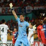 Martín Silva (azul) tuvo una actuación muy destacada en el triunfo de su equipo 1-2 como visitante ante el DIM.