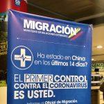 Un poster en el aeropuerto internacional de El Dorado, en Colombia, avisa a los pasajeros de la amenaza que supone el coronavirus.