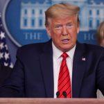 El presidente de EE.UU., Donald Trump, acompañado del comisionado de la FDA, Stephen Hahn, y Deborah Birx, quien lidera el grupo operativo de la Casa Blanca que gestiona la lucha contra el coronavirus, durante una rueda de prensa celebrada el 19 de marzo de 2020.