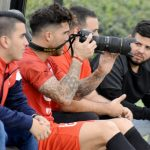 Con la cámara fotográfica Adrián Arregui, volante de primer línea del Deportivo Independiente Medellín.