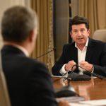El Presidente Duque escucha al director del Departamento Administrativo de la Presidencia, Diego Molano