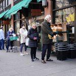 Personas en fila para comprar alimentos en Nueva York.