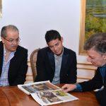 Presidente Santos y James Rodríguez observan portada del diario español ABC, donde los dos fueron protagonistas- Foto: César Carrión - SIG