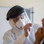 Un médico toma muestras para una prueba de coronavirus en Guetersloh. Foto: Guido Kirchner/dpa / Europa Press