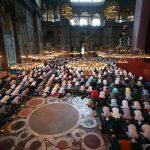 Un grupo de musulmanes realiza la oración del mediodía en la Mezquita Santa Sofía