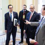 Steven Mnuchin, secretario del Tesoro acompañado de los presidente de la Cámara del Senado. (Michael Brochstein / Polaris) Foto: Michael Brochstein