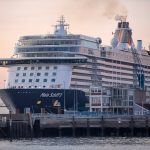 """ARCHIVO - El crucero """"Mein Schiff 3"""", del operador turístico TUI, amarrado en el puerto alemán de Cuxhaven. A comienzos de septiembre zarpará hacia Reino Unido en su primer viaje postmandemia desde el vecino puerto de Bremerhaven, según informó TUI. Foto: Sina Schuldt/dpa"""