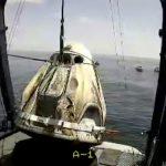 IIngenieros remueven del mar la cápsula Endeavor de SpaceX, que amerizó en el Golfo de México con los astronautas estadounidenses Bob Behnken y Doug Hurley, tras la primera misión espacial tripulada de la NASA en nueve años. NASA/Handout via REUTERS. ESTA IMAGEN es cortesía