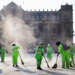 FOTO DE ARCHIVO: Empleados municipales trabajan en medio de una nube de polvo en la plaza Zócalo, mientras continúa el brote de coronavirus en la ciudad de México. Tomada el 20 de julio de 2020. REUTERS / Edgard Garrido / Foto de archivo