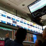 Personas frente a una pantalla electrónica de la bolsa de Sao Paulo-Reuters